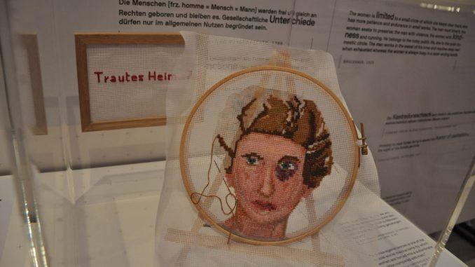 Trautes Heim? Ein Exponat zeigt ein gesticktes Gesicht mit bleuem Auge. Foto: Una Giesecke