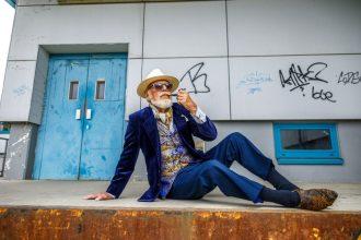 """Helmut Kutschke posiert für das Projekt """"Schönheit im Alter"""", durchgeführt vom Studio Lamettanest im Ambulanten Pflegezentrum Dresden-Gorbitz-Cotta. Die Protagonisten wurden alle in Gorbitzer Kulisse fotografiert. Foto: Eric Münch"""