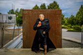 """Gisela Warmuth posiert für das Projekt """"Schönheit im Alter"""", durchgeführt vom Studio Lamettanest im Ambulanten Pflegezentrum Dresden-Gorbitz-Cotta. Die Protagonisten wurden alle in Gorbitzer Kulisse fotografiert. Foto: Eric Münch"""