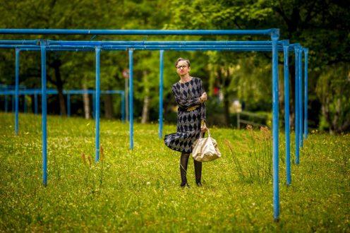 """Elfriede Wittek posiert für das Projekt """"Schönheit im Alter"""", durchgeführt vom Studio Lamettanest im Ambulanten Pflegezentrum Dresden-Gorbitz-Cotta. Die Protagonisten wurden alle in Gorbitzer Kulisse fotografiert. Foto: Eric Münch"""