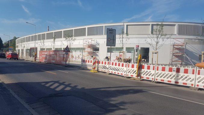 Letzte Arbeiten am neuen Einkaufszentrum an der Pirnaer Landstraße : Derzeit werden die Außenanlagen gestaltet. Foto: Franziska Sommer