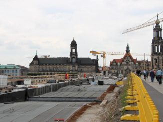 Die Bauarbeiten auf der Augustusbrücke sind in vollem Gange. Foto: Sebastian Burkhardt