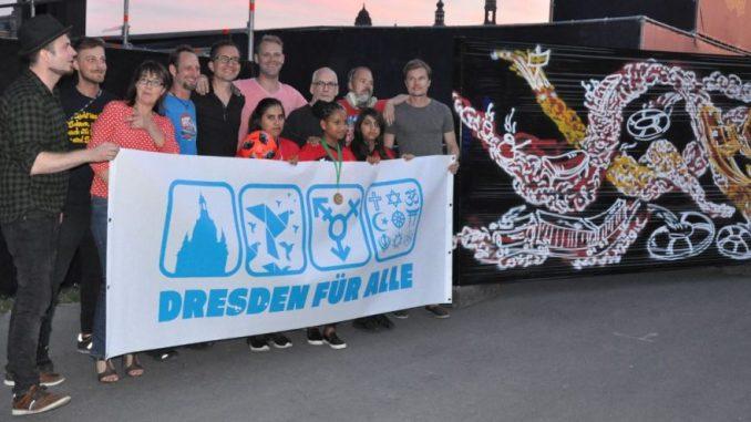"""Der Verein """"Dresden für Alle"""" präsentierte sich zu den Filmnächten vor der Live-Malerei mit Rettungsringen von Jens Besser. Foto: Una Giesecke"""