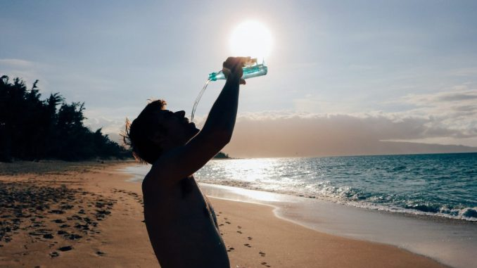 Unter anderem tatsächlich mehr trinken sollte man, um den aktuell hochsommerlichen Temperaturen zu strotzen und verlorene Flüssigkeit im Körperkreislauf auszugleichen. (Foto: Pixabay)