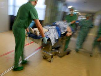 Ein Mediziner-Team fährt in einer Klinik nach einer Operation einen Patienten im Bett durch den Klinikflur. Foto: Felix Kästle/Archiv