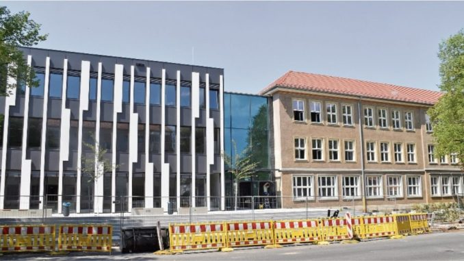 In zwei Wochen geht es für die Gymnasiasten im Neubau des Schulhauses an der Bernharstraße los. Das alte Gebäude daneben soll bis 2019 fertig saniert werden. Foto: Marion Doering