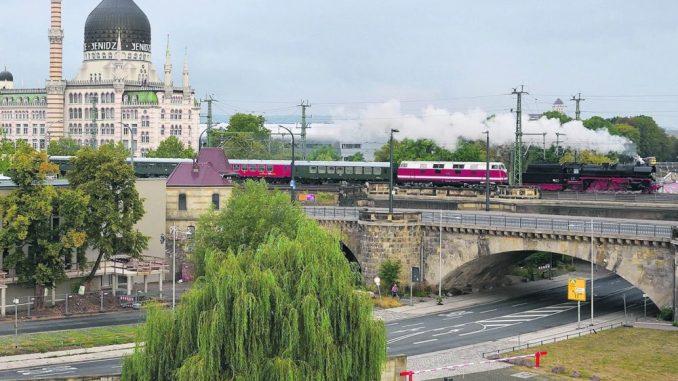 Dampflok 35 1097 auf der Marienbrücke in Dresden