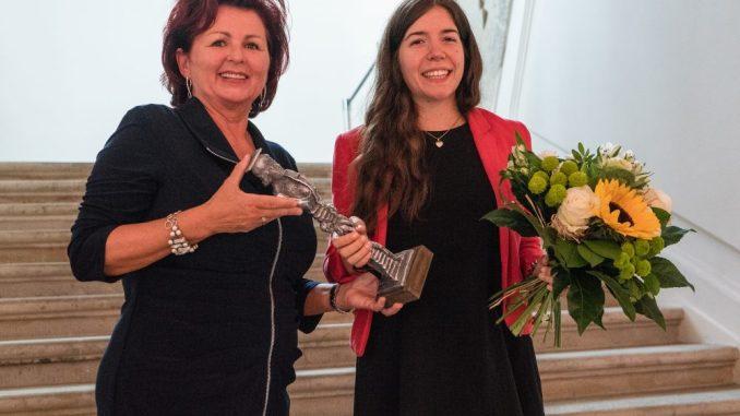 Viola Klein übergab den Preis an Daniela Schmitt. Mit dem Saxonia Woman Award möchte die Saxonia Systems AG Mädchen und Frauen ermutigen, sich für eine Karriere in der Informatikbranche zu entscheiden. Foto: Saxonia Systems AG