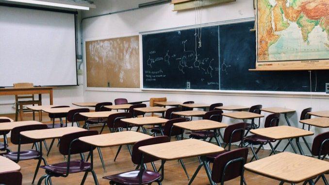 Ein leerer Klassenraum. Bei Schule schwänzen bringen Geldbußen meist wenig. Foto: Pixabay