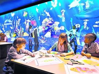 Im Sketch Aquarium des Künstlerkollektivs teamLab schwimmen vom Publikum gestaltete und eingescannte Fische in einer eigendynamischen, interaktiven Welt. Foto: SKD