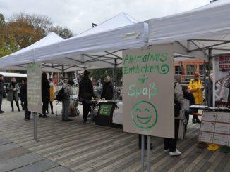 """Unter dem Motto """"Alternatives entdecken mit Spaß"""" stellten sich am 27. Oktober 2018 Dresdner Umweltinitiativen auf dem Scheune-Vorplatz vor. Foto: Una Giesecke"""