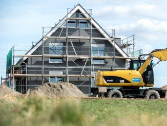 Ein eingerüsteter Einfamilienhaus-Rohbau in einem Neubaugebiet. Foto: Hauke-Christian Dittrich/Archiv