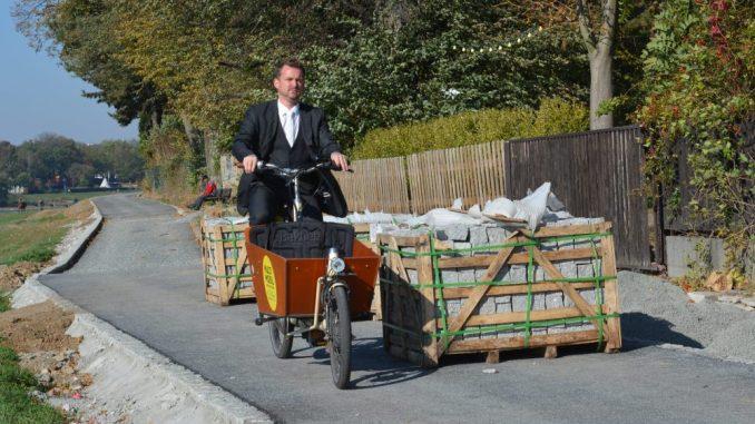 Baubürgermeister Raoul Schmidt-Lamontain probiete den neuen Weg schon mal aus. (Foto: Thessa Wolf)