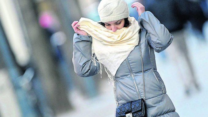 Am schnellsten frieren Körperteile, die weit weg sind vom Körperinneren. Deshalb sollte man Ohren und Hals gut schützen.