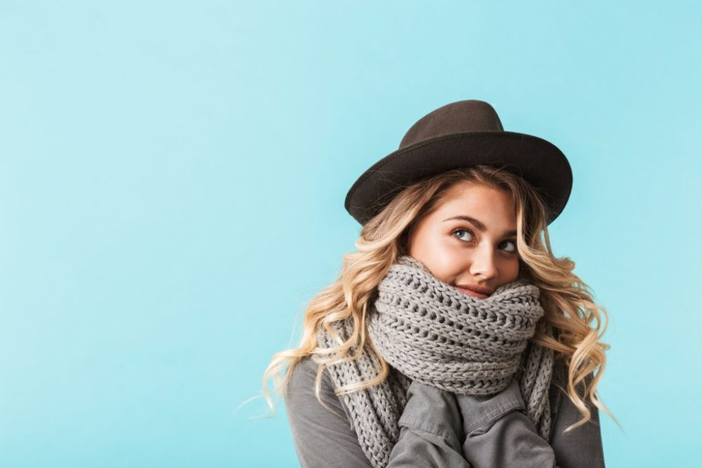 Ob der Schal groß genug sein muss, um notfalls den ganzen Oberkörper einzuwickeln, ist Geschmackssache, Nur sollte er immer von einer Kopfbedeckung gekrönt werden.  Foto: fotolia.com © Africa Studio