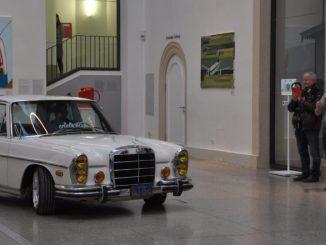 Seinen geliebten Oldie, den Mercedes-Benz 280 SE 4.5 (W108), Baujahr 1972, Umbau 2015, fuhr Robert Redlich, 28-jähriger Geschäftsführer der Werkstatt Edelweiss Customs, persönlich in die Sonderschau im Lichthof des Verkehrsmuseums Dresden. Foto: Una Giesecke