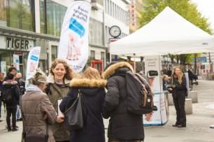 Interessierte informieren sich über die iAnimal-Aktion. Foto: iAnimal © Julia Diedrich