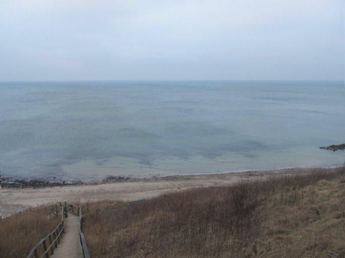 Det klare vand er selv i gråvejr blåligt og meget smukt ...
