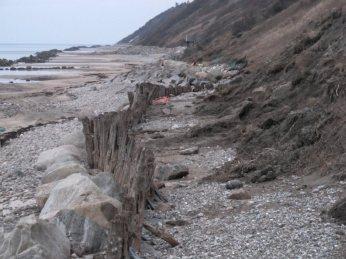 Mod øst - samme sørgelige rester af bolværk og grus og net