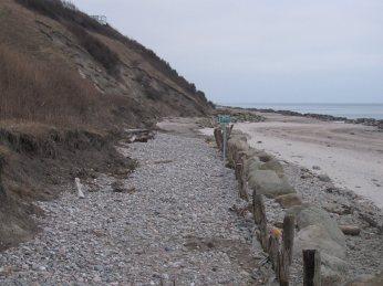 Her ses ældre kystbeskyttelse lavet af stort (og kostbart) tømmer