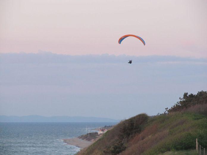 Paraglider lægger an til landing