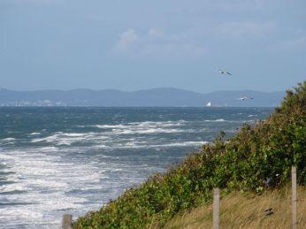 Jeg stirrer, og kan kun se noget af skibet - det er under horisonten og mandskabs-bygningen stikker op