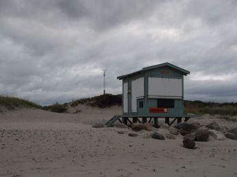 Det er et år siden jeg var her - jeg husker stenene var lagt som en slags kystbeskyttelse, der skulle redde hytten
