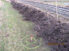 Målepinden sidder på dette billede ca. hvortil banens ejerskab går - men banen har stipligt, så senere blev de flyttet lidt henimod sporet