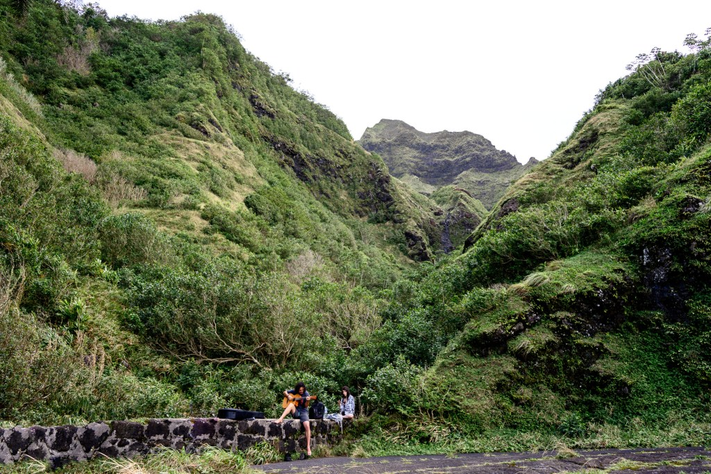 mountain view family hike old Pali highway oahu hawaii