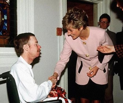 Diana shakes hands with AIDS patient