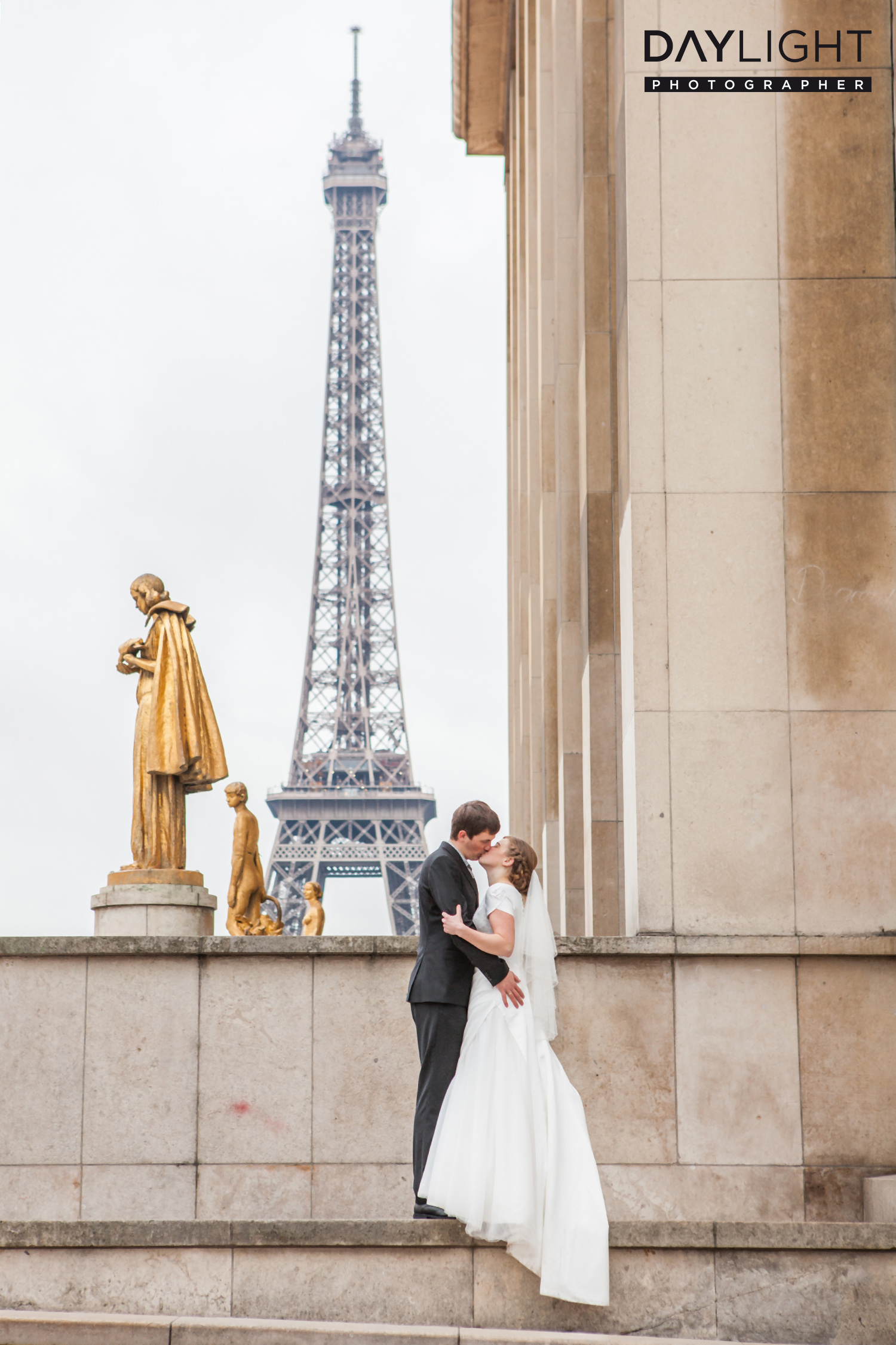 Wedding pictures at the Eiffel Tower