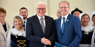 Федеральный президент Германии Франк-Вальтер Штайнмайер и Альберт Рау, депутат Мажилиса Парламента РК, на встрече с представителями немецкого этноса.