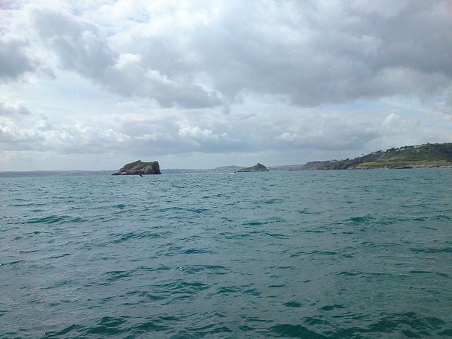 Approaching under sail to pass between The Ore Stone and Thatcher's Rock.
