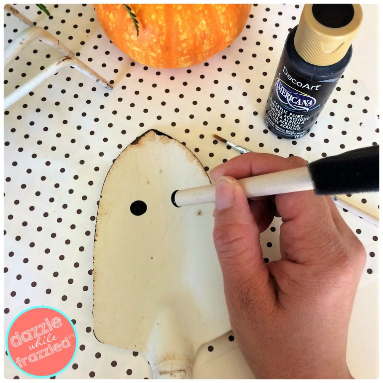 Paint round eyeballs on an old garden shovel to make a DIY Halloween friendly ghost decoration for the garden or as a plant stake.
