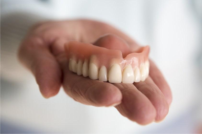 تركيبات متحركة للأسنان