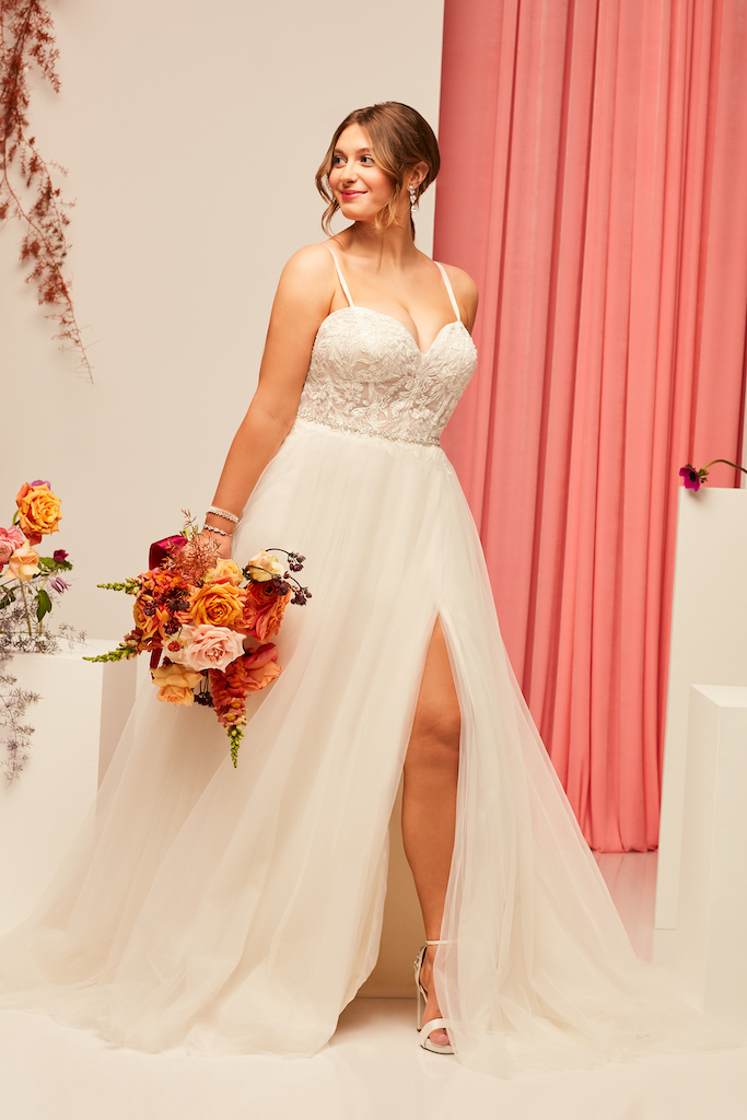 Bride wears sexy autumn wedding dress 2021