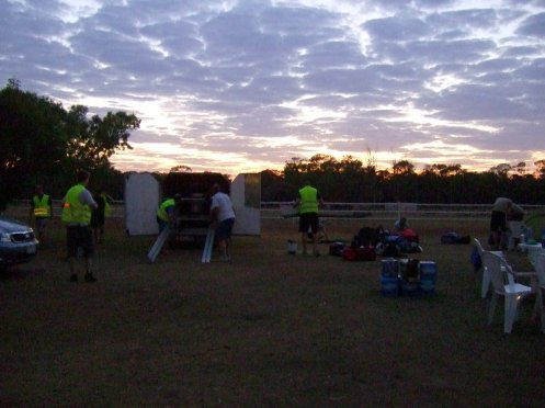 Sonnenaufgang, das Fahrzeug war schon am Sonnensammelplatz.