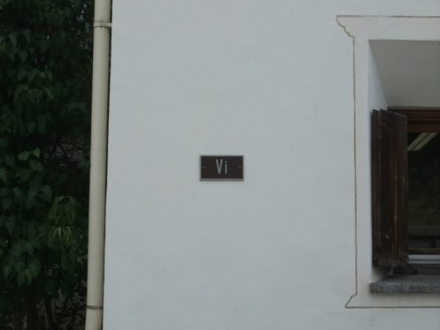 Schicker Strassenname in Scuol.