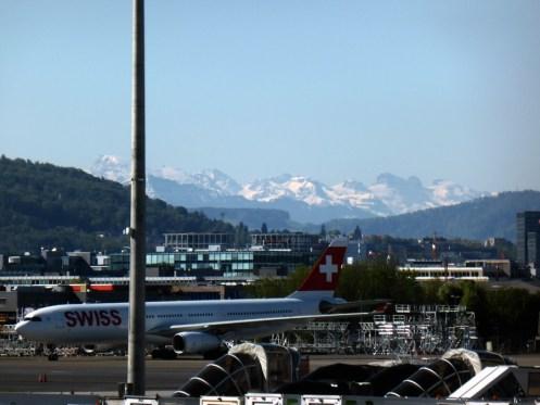 Sogar mal gut zu sehende Berge vom Flughafen aus.