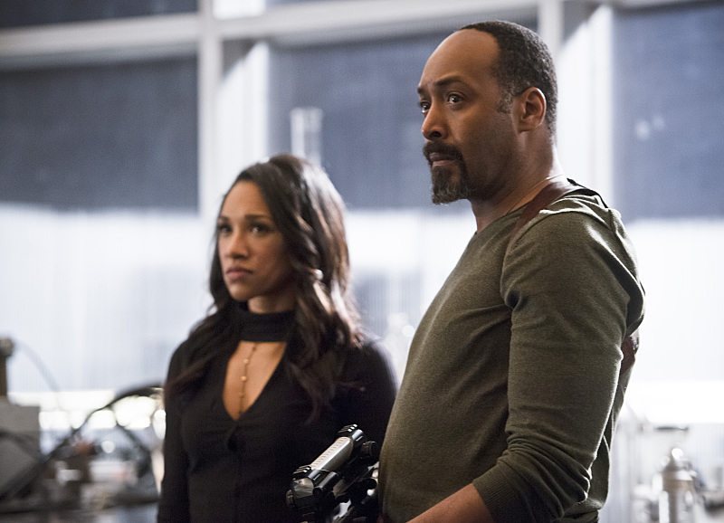 """The Flash -- """"Versus Zoom"""" -- Image: FLA218b_0196b.jpg -- Pictured (L-R): Candice Patton as Iris West and Jesse L. Martin as Detective Joe West -- Photo: Diyah Pera/The CW -- © 2016 The CW Network, LLC. All rights reserved."""