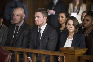 """Arrow -- """"Broken Hearts"""" -- Image AR416b_0298b.jpg -- Pictured (L-R): Paul Blackthorne as Detective Quentin Lance, Stephen Amell as Oliver Queen and Willa Holland as Thea Queen -- Photo: Diyah Pera /The CW -- © 2016 The CW Network, LLC. All Rights Reserved."""