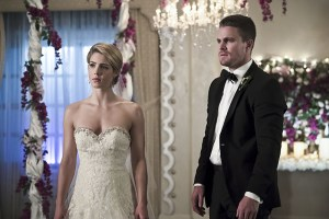 """Arrow -- """"Broken Hearts"""" -- Image AR416a_0105b.jpg -- Pictured (L-R): Emily Bett Rickards as Felicity Smoak and Stephen Amell as Oliver Queen -- Photo: Katie Yu/The CW -- © 2016 The CW Network, LLC. All Rights Reserved."""