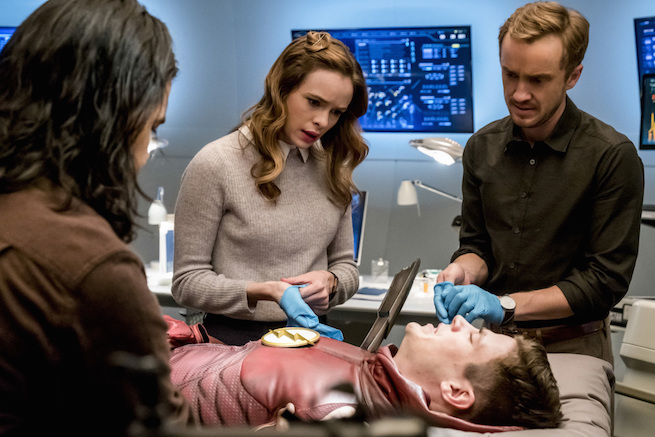 """The Flash -- """"The Wrath of Savitar"""" --FLA315b_0018b.jpg -- Pictured (L-R): Carlos Valdes as Cisco Ramon, Danielle Panabaker as Caitlin Snow, Grant Gustin as Barry Allen and Tom Felton as Julian Albert-- Photo: Katie Yu/The CW -- © 2017 The CW Network, LLC. All rights reserved."""