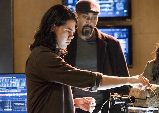 """The Flash -- """"The Wrath of Savitar"""" --FLA315b_0131b.jpg -- Pictured (L-R): Carlos Valdes as Cisco Ramon and Jesse L. Martin as Detective Joe West -- Photo: Katie Yu/The CW -- © 2017 The CW Network, LLC. All rights reserved."""