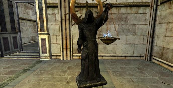 Statue vêtue d'une robe noire – Intérieur – Gauche