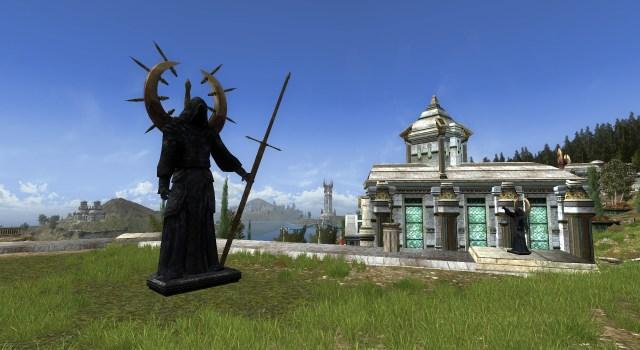 Statue vêtue d'une robe noire – Extérieur – Gauche