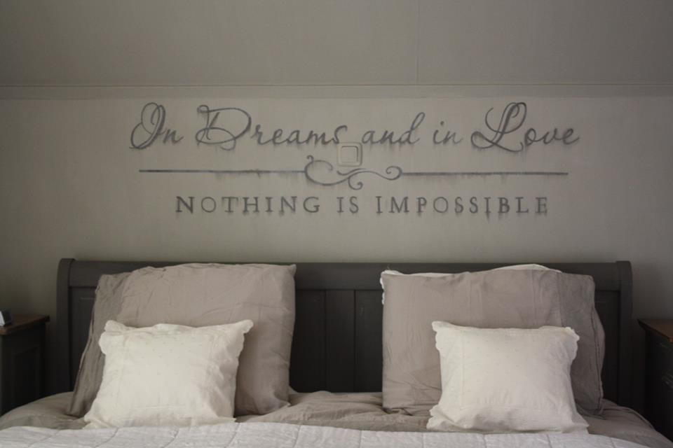 Wandtekst in slaapkamer met Painting the Past verf