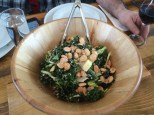 Salade de kale et de frisée, amande Marcona, pommes, raisins secs, vinaigrette au babeurre à l'érable