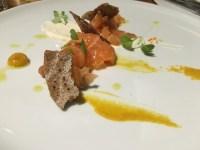 Gravlax de saumon, mayo à l'oursin-purée de clémentines rôties, chips de sarrasin
