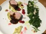 Longe de porc, purée de yukon gold, kale, pommes vertes,cidre, estragon,sauce au vin rouge liée au sang de porc